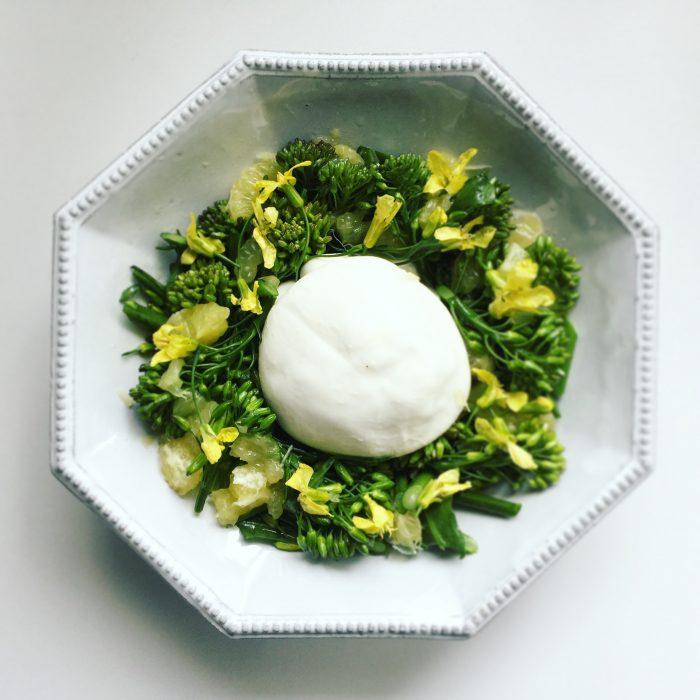 ケールの花とブッラータと黄金柑のサラダ